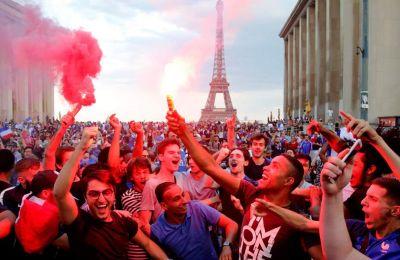 Εκατομμύρια οπαδοί επιδόθηκαν σε ένα ξέσπασμα χαράς μετά το σφύριγμα της λήξης του τελικού απέναντι στην Κροατία