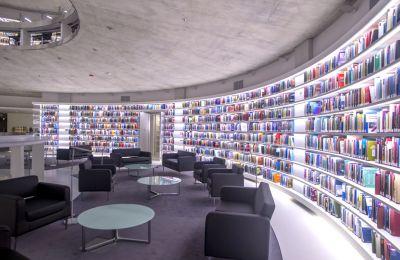 Ο Κωνσταντίνος Χριστοφίδης μας ξεναγεί στον υπέροχο χώρο της Νέας Βιβλιοθήκης του Ιδρύματος