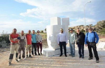 κατά τη τελετή παράδοσης του γλυπτού στο Πάρκο Γλυπτικής, Καρούσος και Κωνσταντίνου εξέφρασαν στον καλλιτέχνη τις ευχαριστίες τους