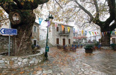 Σήμα κατατεθέν του Κοσμά, του ορεινού αρκαδικού χωριού, είναι η πετρόχτιστη πλατεία. (Φωτογραφία: ΜΠΑΜΠΗΣ ΓΚΙΡΙΤΖΙΩΤΗΣ)