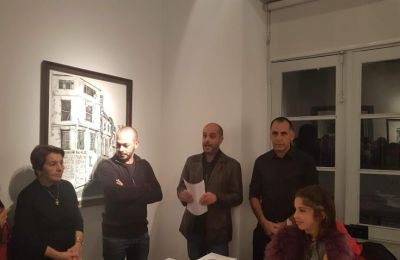 Ο Σακέλλης, που η ίδια η ζωή τον όρισε σε βιωματική σχέση με τη Κωνσταντινούπολη, υπερβαίνει τις όποιες αυτοβιογραφικές του δεσμεύσεις