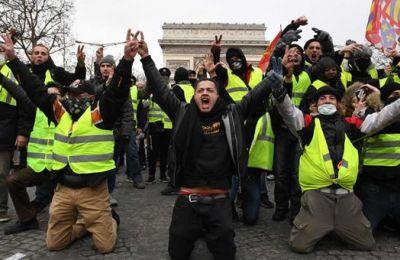 Oι γάλλοι διαδηλωτές φορούν τα γιλέκα σε αντικυβερνητικές διαδηλώσεις που εξελίχθηκαν σε σημαντικές ταραχές