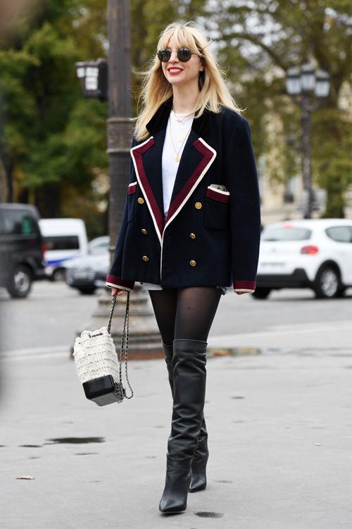 190b79ecfc1b Ο καλύτερος τρόπος για να φορέσεις την λευκή πουκαμίσα σου από το καλοκαίρι  στον χειμώνα είναι ένα οπάκ καλσόν. Μπορείς να δημιουργήσεις ένα τέλειο  στιλάτο ...