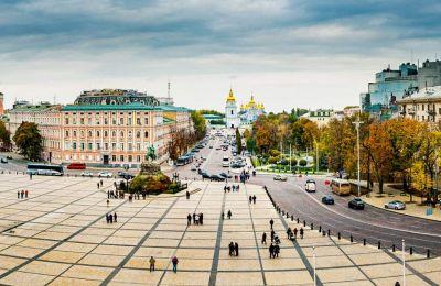 Η πλατεία με τον καθεδρικό της Αγίας Σοφίας φιλοξενεί και το χριστουγεννιάτικο παζάρι του Κιέβου