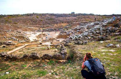 Το θέατρο δεσπόζει έξω από τα εντυπωσιακά τείχη της αρχαίας πόλης των Γιτάνων