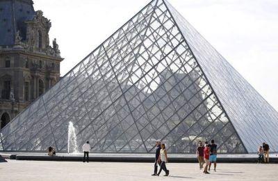 «Οφείλεται στην ανάκαμψη του διεθνούς τουρισμού στο Παρίσι» μετά την πτώση της επισκεψιμότητας λόγω των τρομοκρατικών επιθέσεων.