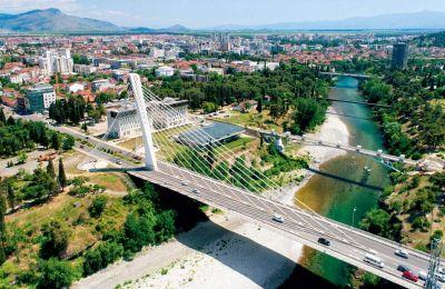 Η Γέφυρα της Χιλιετίας μονοπωλεί τον ορίζοντα της Ποντγκόριτσα