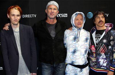 Η ενέργεια και η περιέργεια του Flea υπενθύμισε στους θαυμαστές πως η μπάντα κατάφερε να παραμείνει στο προσκήνιο εδώ και τρεις δεκαετίες