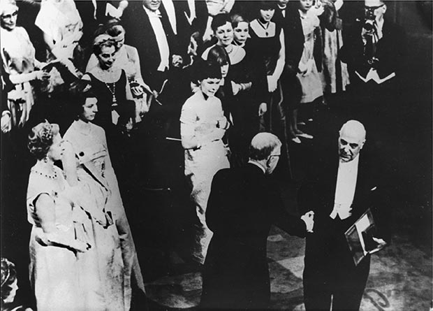 Στοκχόλμη, 10.12.1963. Ο βασιλιάς της Σουηδίας Γουσταύος Αδόλφος απονέμει στον Γιώργο Σεφέρη το μετάλλιο και το δίπλωμα του Νομπέλ Λογοτεχνίας.