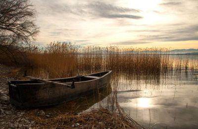 Ηλιοβασίλεμα στη λίμνη Πετρών