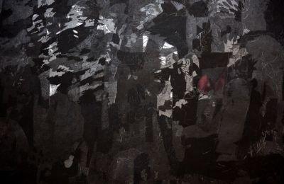 Δουλεύοντας πάνω στην επιφάνεια των φωτογραφιών με μολύβι και κάρβουνο, η διαδικασία της ακολουθεί μια εσωτερική λογική που μοιάζει με λίστα καθηκόντων