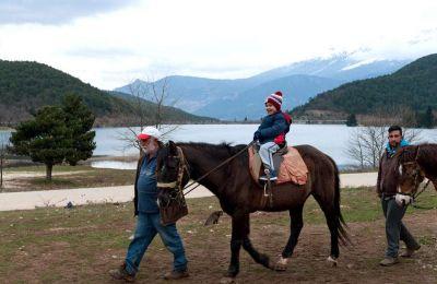 Απολαυστική για μικρούς και μεγάλους είναι η βόλτα με τα άλογα γύρω απο τη λίμνη Δόξα. (Φωτογραφία: ΤΖΟΥΛΙΑ ΚΛΗΜΗ)