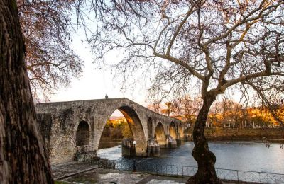 «Ολημερίς το χτίζανε, το βράδυ γκρεμιζόταν»: το θρυλικό γεφύρι της Άρτας στον ποταμό Άραχθο