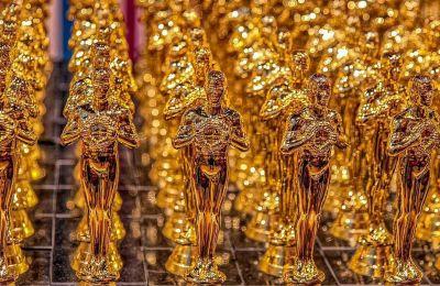 Το Όσκαρ είναι ένα επιχρυσωμένο αγαλματίδιο από χαλκό και κασσίτερο, έχει ύψος 34 εκ., ζυγίζει περίπου 4 κιλά.