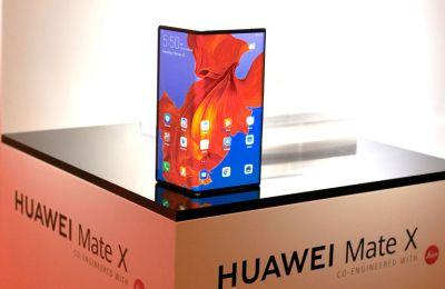Το Huawei Mate X διαθέτει πολύ μεγαλύτερη ενιαία οθόνη που διπλώνει στη μέση και κουμπώνει άψογα στη σταθερή πλευρα του μεντεσέ.