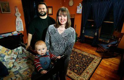 Οι εικονιζόμενοι ευτυχείς γονείς του βρέφους θα ξανακοιμηθούν κανονικά έπειτα από μία πενταετία