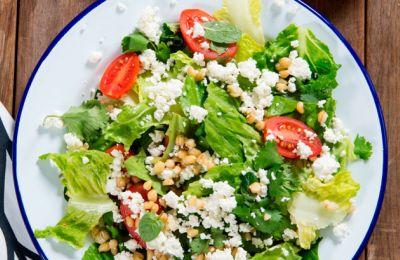 Μια σαλάτα με δικά μας υλικά και μία υπέροχη σος με ένα νέο twist.