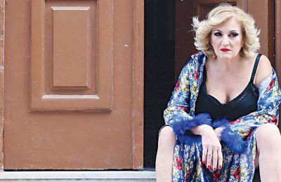 Η Υρώ Μανέ λέει ότι η ηρωίδα, η Ρένα, έχει έρωτα με το αύριο, να δει ένα χάραμα, να καπνίσει το τσιγάρο της