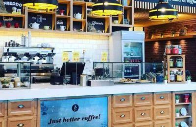 Από νωρίς προσφέρει πολύ καλό καφέ, απολαυστικά γλυκά και σνακ σε μια ζεστή, ευχάριστη ατμόσφαιρα.