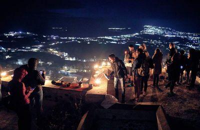 Τη Μεγάλη Παρασκευή, ο Πύργος Σαντορίνης «παίρνει φωτιά» από χιλιάδες αναμμένα τενεκεδάκια.