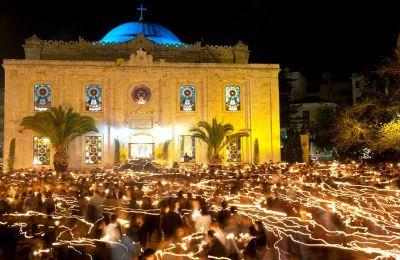 Στιγμές κατάνυξης στον ναό του Αγίου Τίτου, στο Ηράκλειο