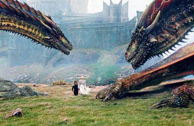 Στο έκτο επεισόδιο του έβδομου κύκλου η Ντενέρις πέταξε με τους δράκους της για να σώσει τον Τζον Σνόου στον Βορρά