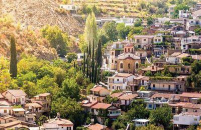 Το χωριό χωρίζεται στα δύο από τον ποταμό Σερράχη, ο οποίος πηγάζει από το βουνό Παπούτσα.
