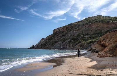 Η παραλία του Καλόγερου, στην ανατολική πλευρά της Πάρου. Το καλοκαίρι, οι οπαδοί της αργιλοθεραπείας κάνουν εδώ φυσικό spa