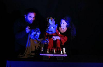 Η Μαρίνα Κατσαρή και ο Ρόμπερτ Μπράχαμ γίνονται ένα με τις κούκλες τους και δίνουν ένα βιωματικό μάθημα για μικρούς και μεγάλους.