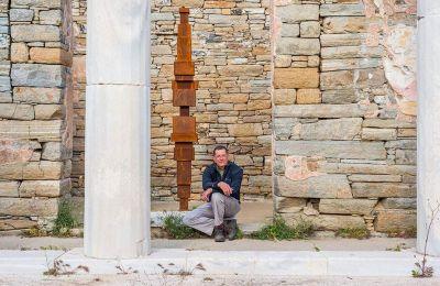 Ο Antony Gormley στον αρχαιολογικό χώρο της Δήλου.