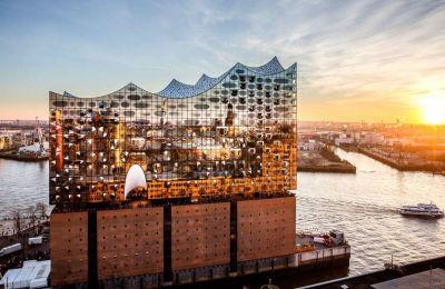 Το κτίριο της Φιλαρμονικής του Αμβούργου μοιάζει να πλέει στα νερά του Έλβα