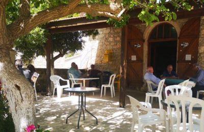 Ένας πετρόκτιτος ζεστός χώρος, προσφέρει παραδοσιακό κυπριακό καφέ για τους μερακλήδες, αναψυκτικά, γλυκά του κουταλιού και ουζάκι