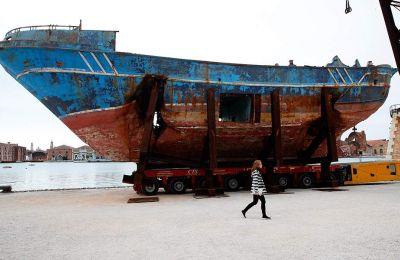 Το ναυάγιο του «Μπάρκα Νόστρα», στο αμπάρι του οποίου πνίγηκαν 700 πρόσφυγες, εκτίθεται στο Αρσενάλε της Μπιενάλε