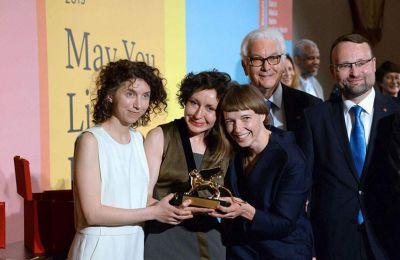 Τον χρυσό Φοίνικα για τον καλύτερο καλλιτέχνη η επιτροπή επέλεξε να απονείμει στον Άρθουρ Τζάφα για το έργο του «Το Λευκό Άλμπουμ»