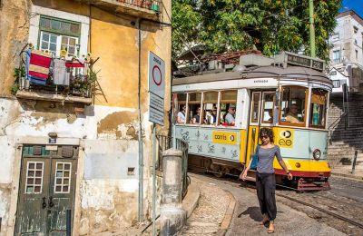 Οι δρόμοι της Alfama είναι από τους πιο γραφικούς της Λισαβόνας