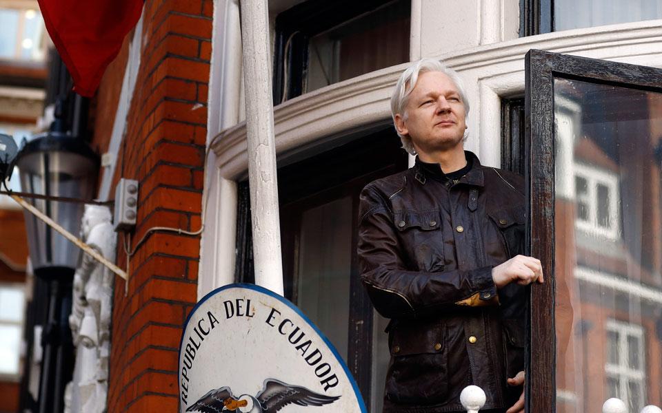 Ο Τζούλιαν Ασάντζ, σε φωτογραφία του 2017, στο μπαλκόνι της πρεσβείας του Ισημερινού στο Λονδίνο.