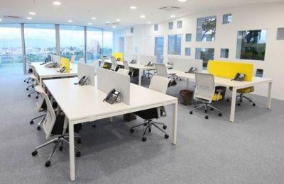 Παρέχει χώρους που επιτρέπουν διαφορετικά μοντέλα εργασίας, επενδύει σε ισχυρή τεχνολογία που υποστηρίζει την ευέλικτη εργασία