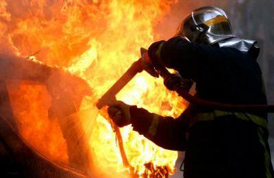 Εκτιμάται ότι τη φωτιά έθεσαν τα πρόσωπα που έκλεψαν το αυτοκίνητο, για να καλύψουν τα ίχνη τους. (φωτο αρχείου)
