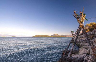 Mέλη του αλιευτικού συνεταιρισμού ψαρεύουν με το περίφημο νταλιάνι στην περιοχή Λασκάρα