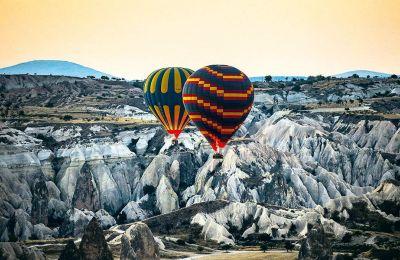 Ξημέρωμα με αερόστατο πάνω από το σεληνιακό τοπίο της Καππαδοκίας