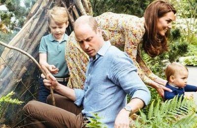 Oι μικροί George, Charlotte και πρίγκιπας Loui είναι ενθουσιασμένοι και παίζουν χαρούμενοι στον κήπο συνοδεία των γονιών τους