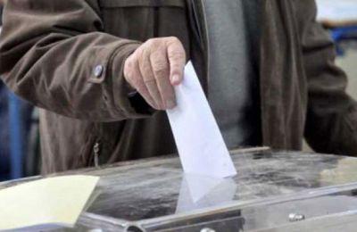 Ο Νίκος Κόκκινος, 71 ετών έστειλε το μήνυμα ότι σήμερα είναι η ημέρα της Δημοκρατίας