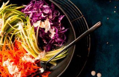 Η σαλάτα αυτή είναι πολύ νόστιμη χάρη στην crunchy υφή της και την πολύ νόστιμη σος της