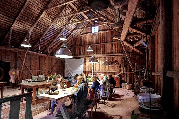 Οι συνδαιτυμόνες μοιράζονται μεγάλα μοναστηριακά τραπέζια.