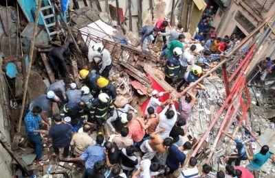 Τετραώροφο κτίριο κατοικιών κατέρρευσε σήμερα στο Μουμπάι