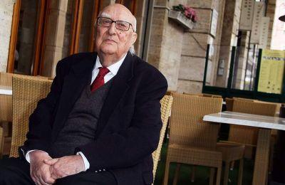 Τα βιβλία του με ήρωα τον Μονταλμπάνο έχουν πολλές φορές βρεθεί στην λίστα των μπεστ σέλερ στην Ιταλία