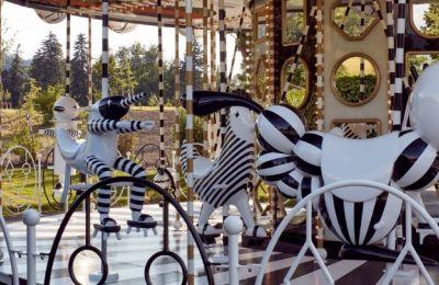 Ο Χαγιόν έχει αντικαταστήσει τα άλογα πάνω στα οποία κάθονται τα παιδιά καθώς γυρίζει το καρουσέλ με μια σειρά φανταστικών μαύρων και άσπρων χαρακτήρων