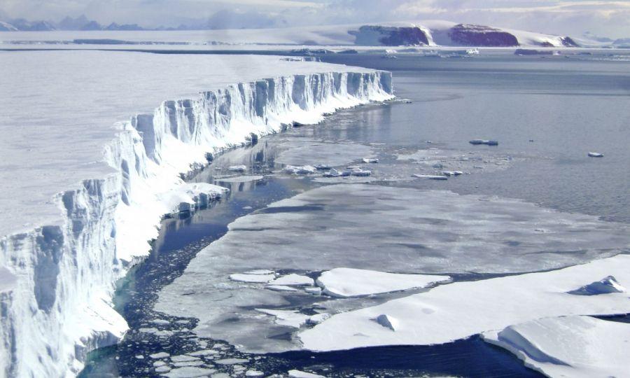 Οι επιστήμονες πιστεύουν ότι η υπερθέρμανση του πλανήτη έχει ήδη προκαλέσει μεγάλο πρόβλημα στον νότιο πόλο που το τεράστιο στρώμα του πάγου αρχίζει να αποσαθρώνεται