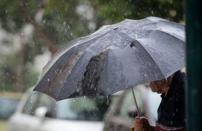 Από το μεσημέρι και μετά την Παρασκευή, νεφώσεις που θα αναπτύσσονται αναμένεται να δώσουν μεμονωμένη βροχή ή και καταιγίδα, στα ορεινά και το εσωτερικό.