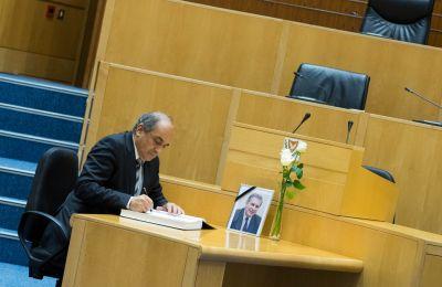 Ο Πρόεδρος της Βουλής υπέγραψε το Βιβλίο Συλλυπητηριών που άνοιξε στη Βουλή για τον θάνατο του Πρώην Προέδρου της Βουλής, Αλέξη Γαλανού.